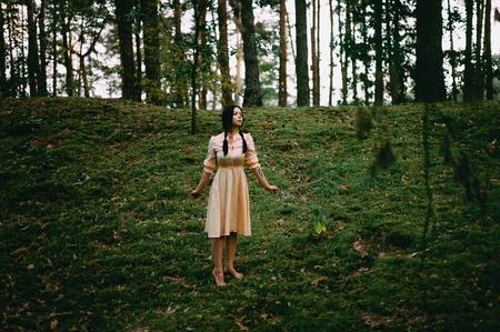 Portrait d'une belle femme mystérieuse dans la forêt Banque d'images