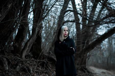 Photo d'une femme gothique dans une forêt. Mode. Banque d'images
