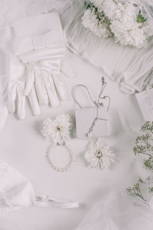 White bridal accessories for wedding background with pearls, white satin ribbons and lace, gloves, bracelet,flat lay for fashion blog, top view 版權商用圖片 - 121541717