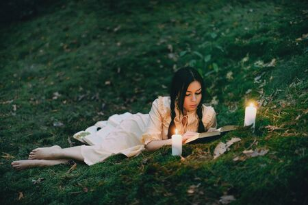 Portrait of a beautiful mysterious woman in the forest Фото со стока - 129317755