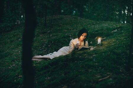 Portrait of a beautiful mysterious woman in the forest Фото со стока - 129317749