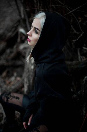 Inquadratura di una donna gotica in una foresta. Moda.