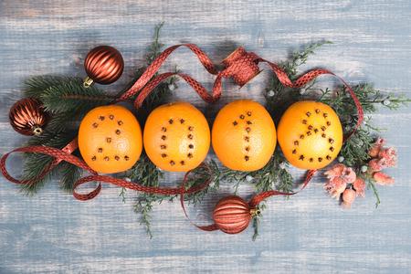 Kerst sinaasappelen met cijfers 2018. Fruit op houten achtergrond. Bureaucratie en snuisterij, sparrentakken