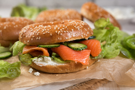 Fresh homemade bagel sandwiches with smoked salmon and low fat cream cheese. Banque d'images