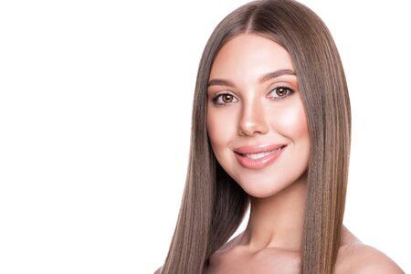 Schönes vorbildliches Mädchen mit perfekter gesunder Haut und Haar. Standard-Bild
