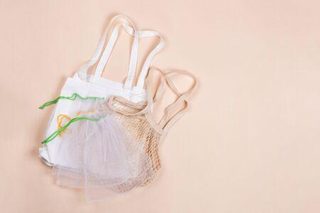 Cotton reusable bag on a beige canvas Banque d'images