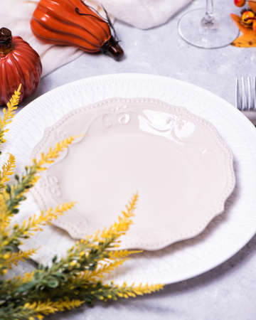 Autumn table setting with a brown craft paper card. Standard-Bild