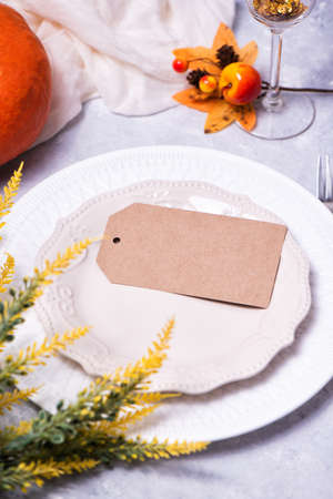 Autumn table setting with a brown craft paper card Standard-Bild