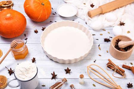 Ingredients for pumpkin pie with cinnamon and pecan nuts Standard-Bild