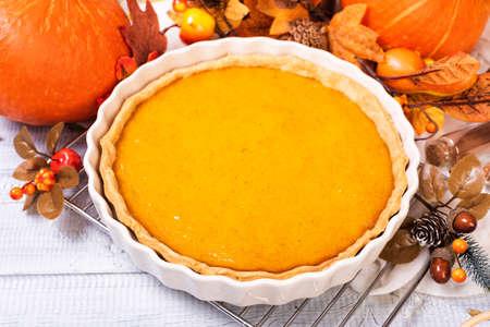 Homemade spicy pumpkin pie with cinnamon and pecan nuts Standard-Bild