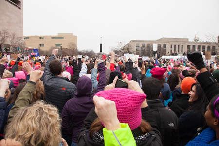 Les foules se sont rassemblés sur l'avenue de l'Indépendance lèvent les poings dans les positions de protestation Président Trump sur les femmes et les autres droits de l'homme.