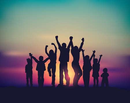 Beaucoup de gens groupe de famille heureuse et le ciel lever du soleil Banque d'images - 96234487