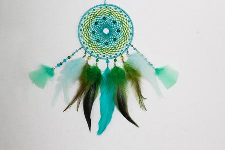 talisman: Dreamcatcher de plumas perlas de cuero y cuerdas, colgando Foto de archivo