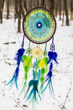 talisman: Dreamcatcher colorido hecho de plumas cuentas de cuero y cuerdas, colgando, hecho a mano