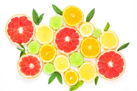 흰색 배경에 - 감귤 류의 과일 패턴 민트 잎과 모듬 된 감귤 류의 과일. 흰색 배경에 고립. 스톡 콘텐츠