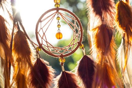 Traumfänger mit Federn Fäden und Perlen Seil hängen. Traumfänger handgefertigt
