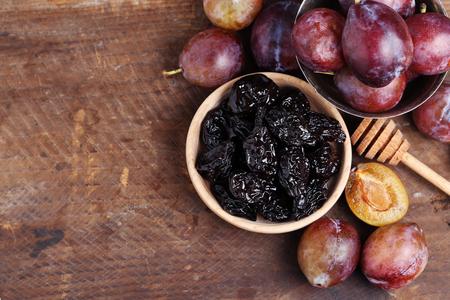 gules: plum in a bowl