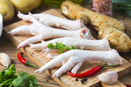Pies de pollo en el fondo blanco