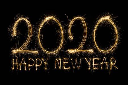 Bonne année 2020. Texte créatif Bonne année 2020 écrit des cierges magiques étincelants isolés sur fond noir