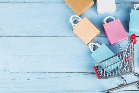 shopping online a casa concept.lo shopping online è una forma di commercio elettronico che consente ai consumatori di acquistare direttamente merci da un venditore su Internet
