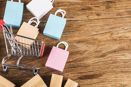 achats en ligne à la maison concept.achats en ligne est une forme de commerce électronique qui permet aux consommateurs d'acheter directement des marchandises d'un vendeur sur internet