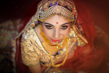 Boda india. Preparativos matutinos. Retrato de atractiva novia hindú con profundos ojos oscuros Foto de archivo