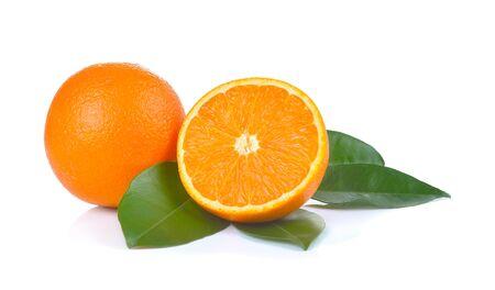 naranjo: Orange rebanada aislada en fondo blanco