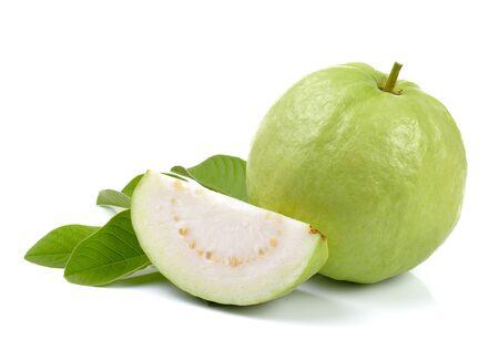 jugo verde: Guayaba fresca aislada en un fondo blanco Foto de archivo