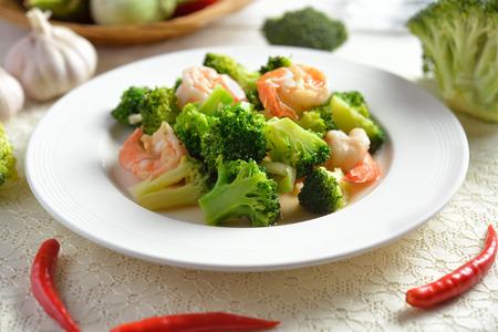 タイの健康食品の海老とブロッコリーの炒め