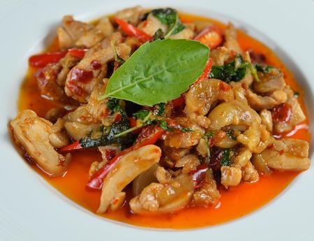 santa cena: revuelva el pollo frito con albahaca santa y chile picante Foto de archivo