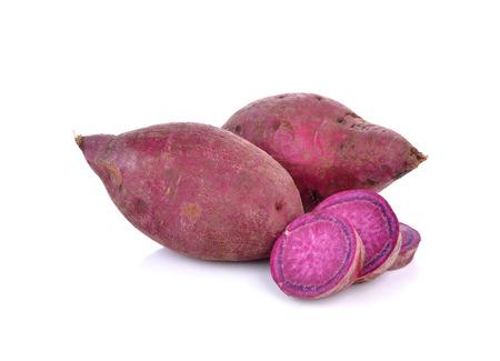 batata: ñame dulce púrpura sobre fondo blanco.