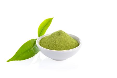 Práškový zelený čaj a list zeleného čaje na bílém pozadí Reklamní fotografie