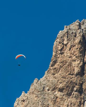 parapente: Parapente sobre las rocas Foto de archivo