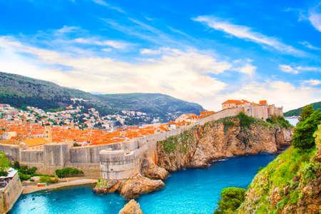 要塞の壁と晴れた日にドゥブロヴニク, クロアチアの歴史的な都市の湾の美しい景色。 写真素材