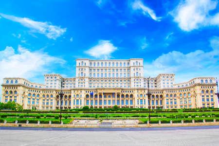 Mooie mening van het Paleis van het Parlement in Boekarest, Roemenië op een zonnige dag Stockfoto