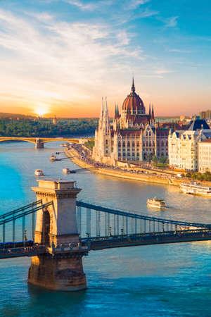 Hermosa vista del parlamento húngaro y del puente de cadena en Budapest, Hungría
