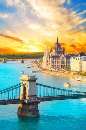 ハンガリー国会議事堂と、ハンガリー ブダペスト鎖橋の美しい景色