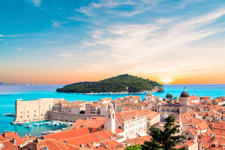 晴れた日にクロアチアのドゥブロヴニクの歴史的都市の近くのロクルム島の美しい景色