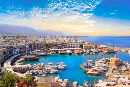 Schöne Aussicht auf die Bucht von Kyrenia in Kyrenia (Girne), Nordzypern