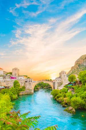 ボスニア ・ ヘルツェゴビナの古い橋からモスタルの中世の町の美しい景色
