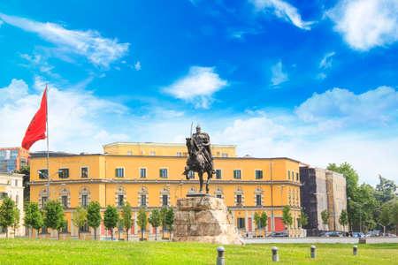 Monument à Skanderbeg sur la place Scanderbeg dans le centre de Tirana, Albanie Banque d'images - 92079172