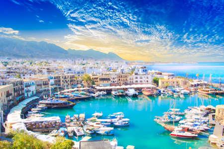 Bella vista della baia di Kyrenia a Kyrenia (Girne), Cipro del Nord
