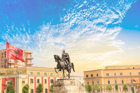 Denkmal für Skanderbeg auf dem Scanderbeg-Platz im Zentrum von Tirana, Albanien