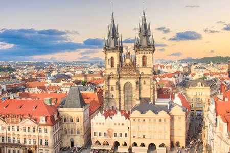 Piękny widok na Rynek Starego Miasta i Kościół Tyn w Pradze, Czechy