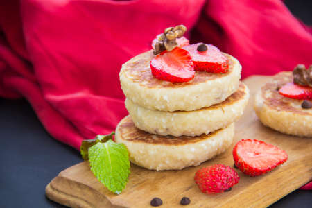 A healthy breakfast of pancakes, strawberries, chocolate, and honey Standard-Bild