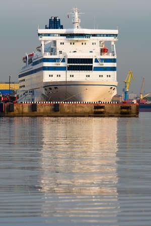 reflexion: Transbordadores blanca con la reflexi�n sobre la superficie del agua del mar