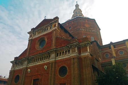 octagonal: Pavía, Italia, 25 de Octubre catedral 2015.Pavia es un edificio renacentista importante y tiene una gran cúpula octogonal, entre los más grandes de Italia por la anchura y altura.