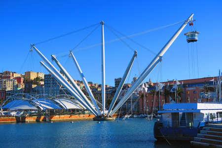 """Blick auf den alten Hafen von Genua, im Vordergrund der """"Bigo"""", Panoramalift im Jahr 1992 vom Architekten Renzo Piano entworfen."""
