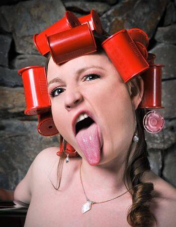 sacar la lengua: Crazy Chica rodillos que salen Lengua Haciendo Humor Rostro