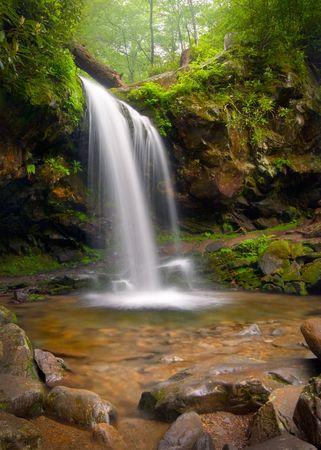 洞窟滝グレートスモーキー山脈滝自然風景絹のような滑らかな滝の効果のための遅いシャッターを使用します。